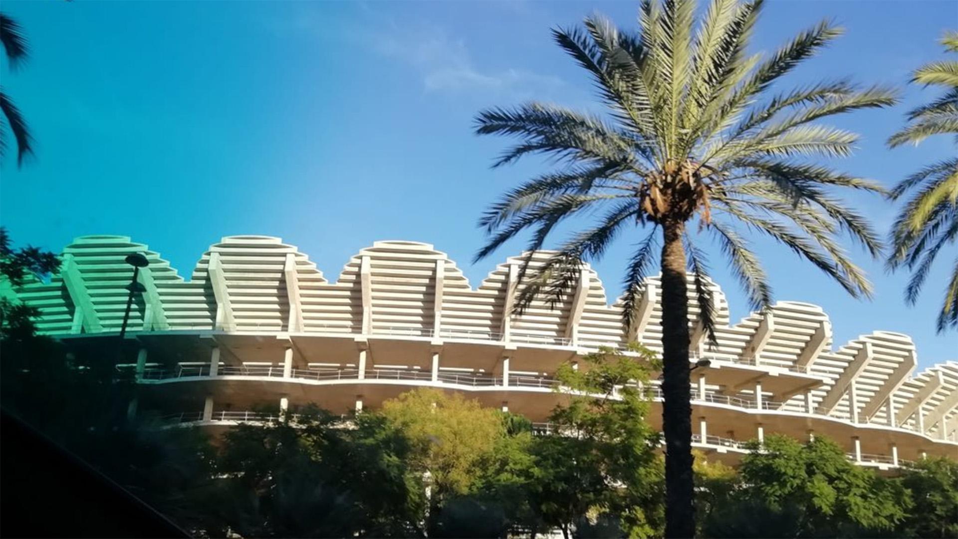 Grades superiors del Nou Mestalla vistes des de l'avinguda de les Corts Valencianes